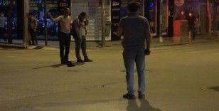 alkollü şahıs dehşet saçtı...Yoldan geçen genci elindeki cam parçası ile rehin aldı