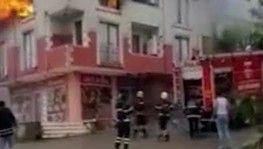 Yangından kaçarak çatıya sığınan 5 kişiyi itfaiye kurtardı