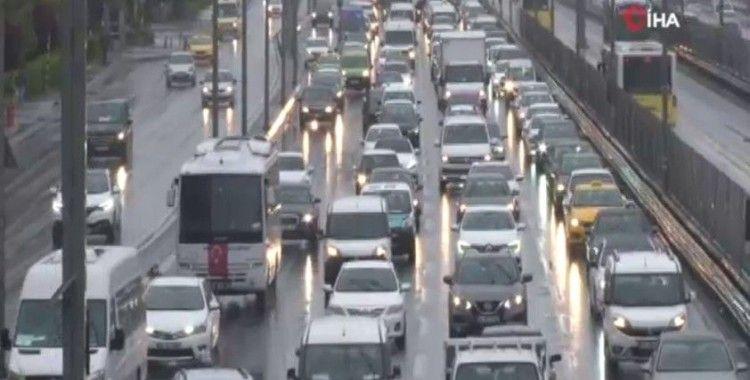 İstanbul'da yağmur trafiği olumsuz etkiledi