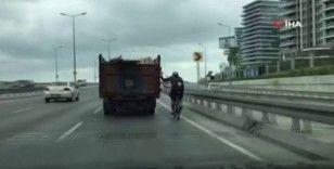 Bisikletlinin trafikteki tehlikeli yolculuğu kamerada