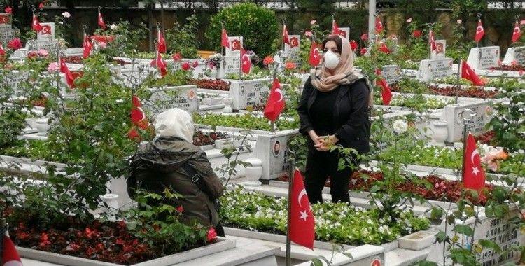 Şehit yakınları bayram öncesinde özel izinle şehitlikleri ziyaret etti