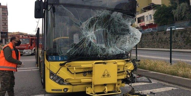 Pendik'te İETT otobüsü sulama aracına çarptı