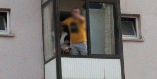 Dur ihtarına uymadı, evine kaçıp balkondan polisle tartıştı