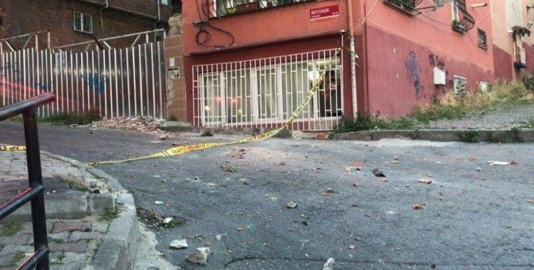 Şişli'de kopan beton parçalar aracı pert etti