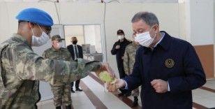 Milli Savunma Bakanı Akar ve TSK'nın komuta kademesinden sınır hattında bayram