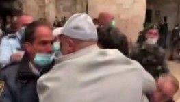 Mescid-i Aksa çevresinde bayram namazını kılan Filistinlilere saldırı