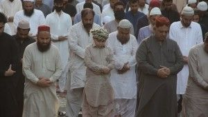 Pakistan'da bayram namazı sosyal mesafesiz kılındı