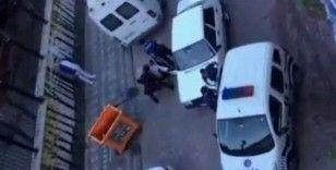 Zeytinburnu'nda gençler polise mukavemet etti, arbede çıktı