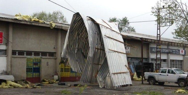 Ardahan'da fırtına çatıları uçurdu, ağaçları devirdi