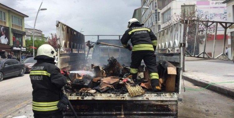Erzurum'da otomobil cadde ortasında yandı