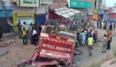 Pakistan'da yolcu otobüsü kaza yaptı