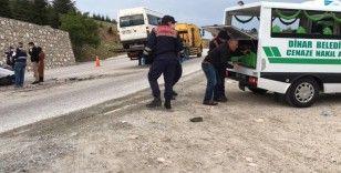 Tarım işçilerini taşıyan minibüs otomobil ile çarpıştı: 8 yaralı, 2 ölü