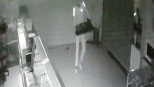 Okul kantininden hırsızlık yapan şahıs kamerada