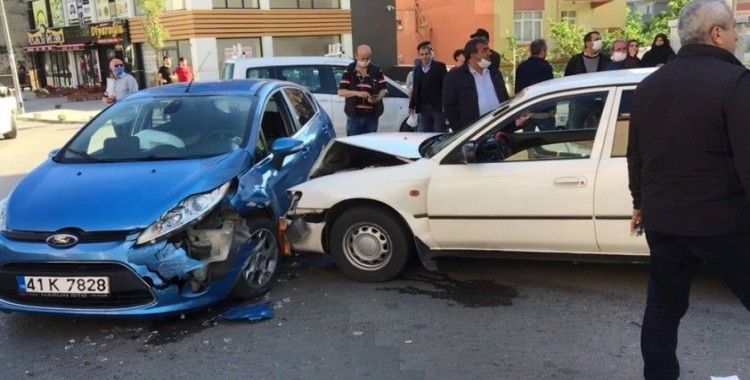 İki otomobil birbirine girdi, kazaya karışan sürücü olay yerinden kaçtı