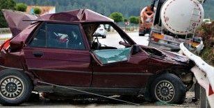 Duran otomobile süt tankeri çarptı: 3 yaralı