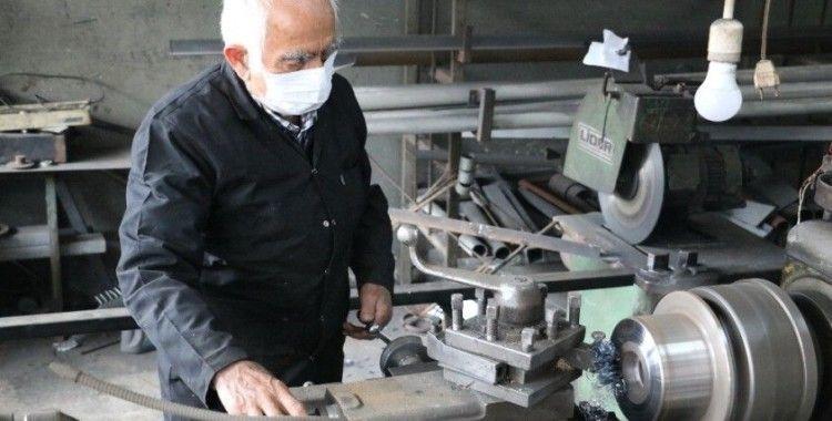 86 yaşındaki Nazım usta, günler sonra tezgahının başına geçti