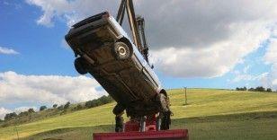 Kaygan yolda kontrolden çıkan araç dereye düştü
