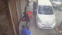 Gaziosmanpaşa'da maskeli hırsızların büfe soygunu kamerada