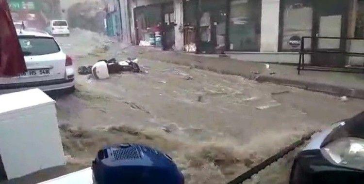 Bursa'da sel suları önüne ne kattıysa sürükledi...Bir kadın son anda kurtarıldı