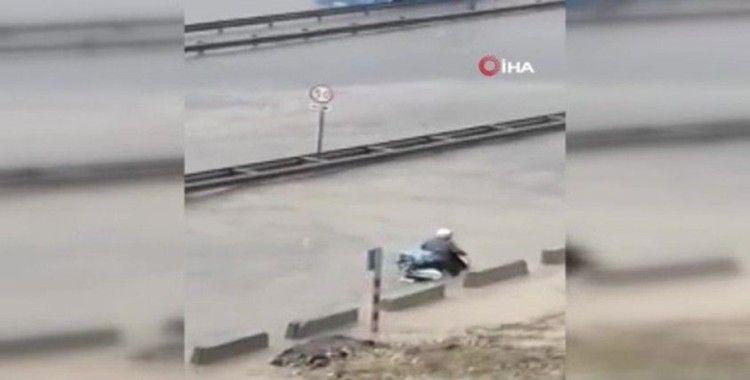 Aşırı yağışa aldırmadı, motosikletini sele kaptırdı