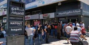 Lübnanlılar 200 dolar almak için döviz bürolarına akın etti