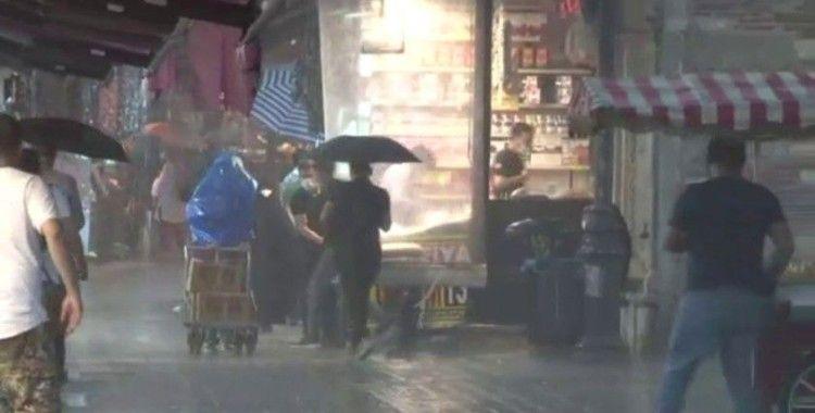 Eminönü'nde dükkanları su bastı