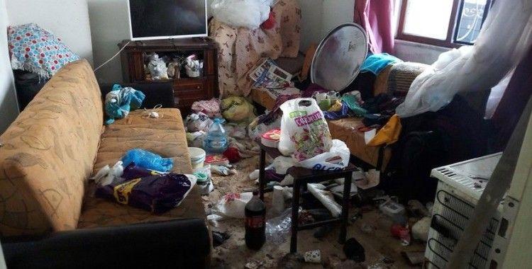 Komşuları şikayet etti, evden 3 kamyon çöp çıktı