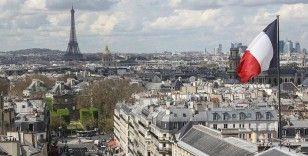 Paris'te filozof Voltaire'in heykeli kırmızıya boyandı
