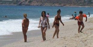 Antalya'da sosyal mesafeli maskesiz deniz keyfi
