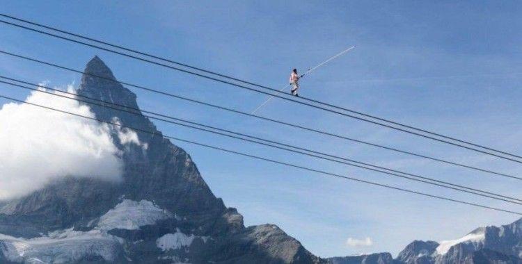 İsviçreli akrobat Nock'tan 3 bin metrede 3 rekor: Tel üstünde bisiklet sürdü, gözleri bağlı yürüdü