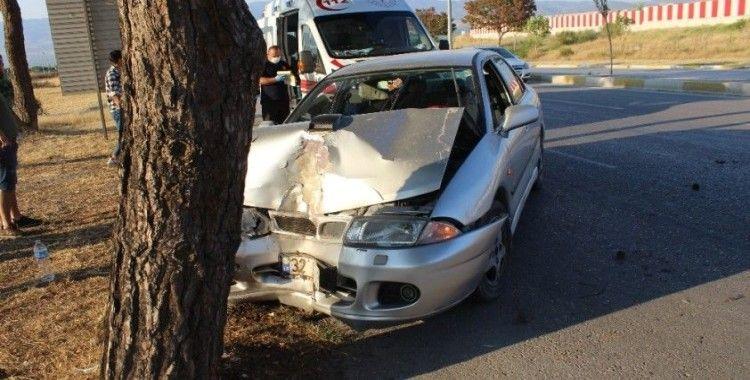 Köpeğe çarpmak istemeyen sürücü ağaca çarptı: 2 yaralı