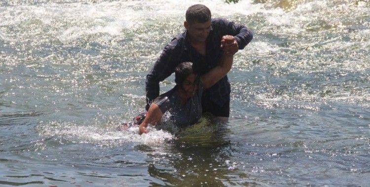 Anneanne nehirde ölmek istedi, torunu gözyaşlarına boğuldu