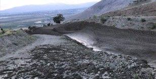 Erzincan'da sağanak nedeniyle taşan dere hasara yol açtı