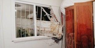 Alkollü ve ehliyetsiz kamyonet sürücüsü yatak odasına daldı