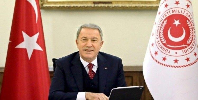 Bakan Akar'ı Kiev'de duygulandıran 'not'