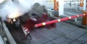 Otomobille gişelere çarpan uzman çavuşun kaza anı güvenlik kamerasında