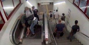 Metro istasyonunda ilginç yankesicilik kamerada