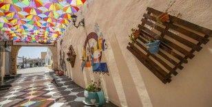 Tunus'taki metruk tarihi sokak şemsiyelerle rengarenk