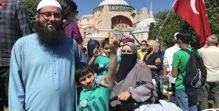 Ayasofya-i Kebir Cami-i Şerifi'nde namaz kılmak için ailesiyle Keşmir'den geldi