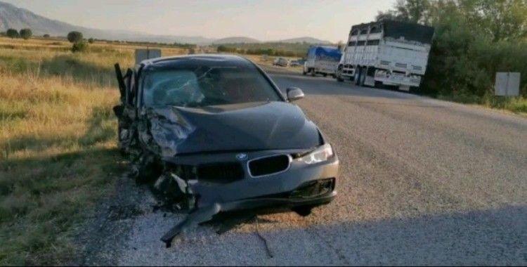 Otomobillerin hurdaya döndüğü kazada 2 kişi yaralandı