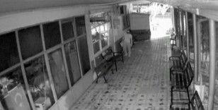 Azılı hırsız kapıdan giremediği iş yerine bacadan girdi