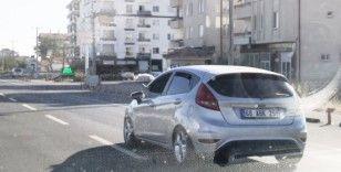 Ayağını camdan çıkarıp otomobil kullanan sürücü 'pes artık' dedirtti