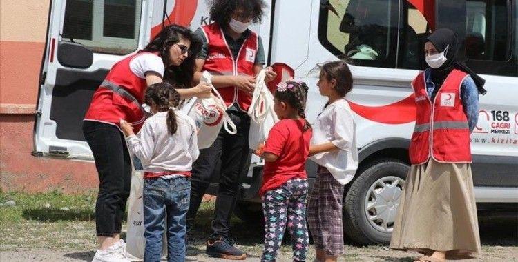 Türk Kızılay köy çocuklarını 'bayramlık kıyafetle' sevindiriyor