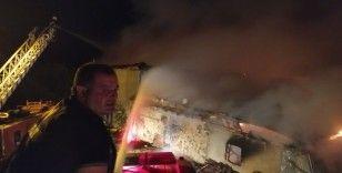 Hocalar'daki yangında iki katlı ahşap ev ve samanlık küle döndü