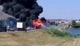 Rusya'da seyir halindeki kamyon alev topuna döndü