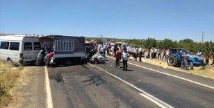 Şanlıurfa'da minibüsle kamyonet çarpıştı: 15 yaralı