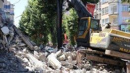 Depremden hasar gören bina yıkılırken yan binada çatlak oluştu