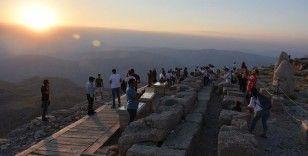 Nemrut eşsiz manzarasıyla ziyaretçilerini büyülüyor