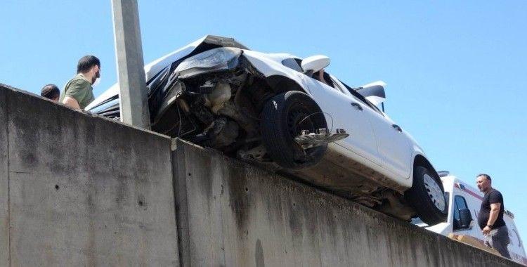 Kazada askıda kalan otomobilde can pazarı