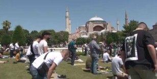 Vatandaşlar Cuma namazı için Ayasofya'ya akın etti